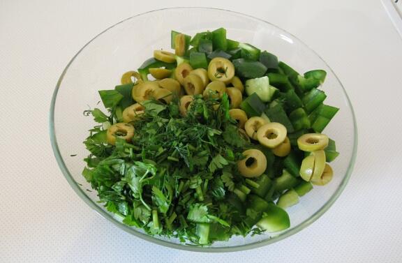 Берём по веточке петрушки и укропа и тоже нарезаем. Можно положить и больше - в этом салате зелени много не бывает! Затем складываем все нарезанные ингредиенты в салатник, заправляем оливковым маслом и перемешиваем. Салат готов, приятного аппетита!