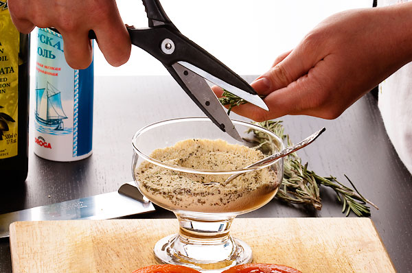 Измельченный на очень мелкой терке пармезан смешать с травами: базилик сушеный, розмарин, орегано.