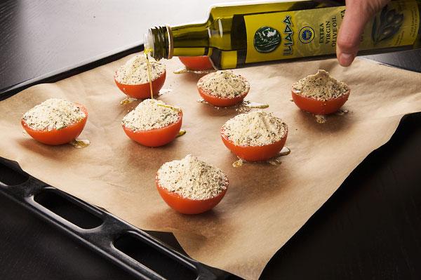 Капнуть еще раз маслом, лучше если вы сделаете небольшую лунку, чтобы масло не убежало.<p>Запекать в разогретой духовке до 200 °С, 25-30 минут.