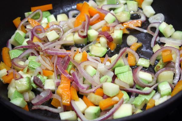 Все овощи обжариваем на оливковом масле несколько минут до мягкости, добавляем пару мелко нарезанных долек чеснока.