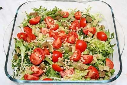 Рукколу и салат вымыть и обсушить.