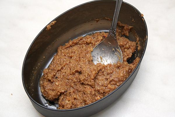 Перемалываем орехи в муку и смешиваем с сахаром.<p>Добавляем белок и тщательно перемешиваем.