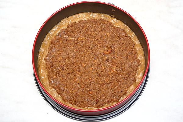 Выкладываем ореховую смесь на тесто, отступив от края примерно один сантиметр.