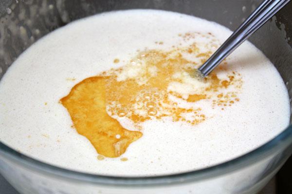 Добавить в тесто половину мандаринового сока, кукурузное масло и ликер. Оставить на час постоять.