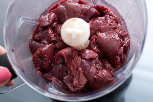 Куриную печень нужно промыть и удалить пленки, после чего измельчить в блендере или мясорубке.  Добавить яйца, муку и соль. Все хорошо перемешать до однородности.