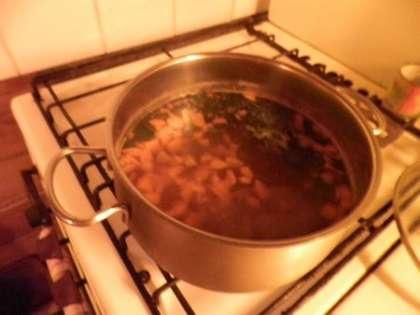 Отварить бульон и добавить туда соленые огурцы, оливки, картошку, бекон, бульонные кубики и заправку.