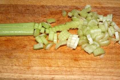 Филе слабосоленой сельди нарезать кусочками, примерно 1х2 см.
