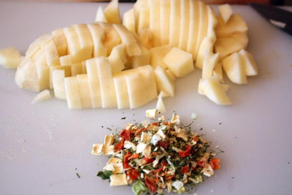 В первую очередь ставим варить перловую крупу, т. к. она готовится дольше всего. Воды нужно примерно 1-1,5 литра. Учитываем, что она частично выкипит в процессе варки   Когда крупа станет мягкой (примерно через 30 минут) — добавляем очищенный и нарезанный картофель и сушеные овощи (морковь, сельдерей, пастернак, лук-порей, петрушка). Если нет сушеных овощей, то можно взять свежие и мелко нарезать.