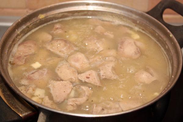 Когда картофель и крупа будут готовы — кладем в суп печень, соль и варим еще 5 минут.  Вот и все, суп можно подавать!