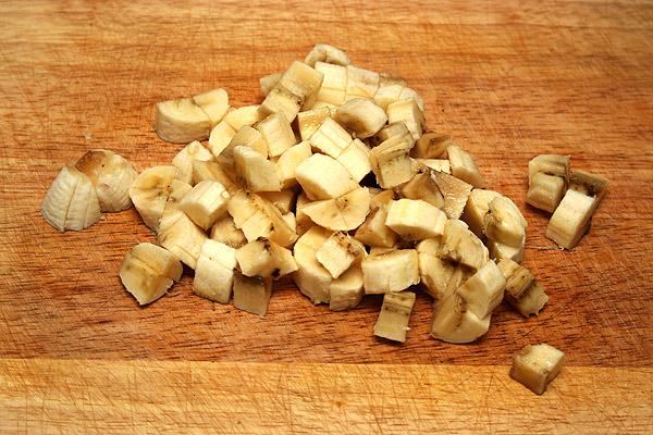 Порезать кубиками бананы и перемешать с творожной массой.