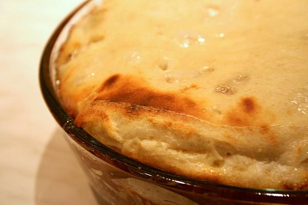 Поставить в разогретую духовку и выпекать при температуре 180 °С около 40 минут, до появления золотистой корочки.