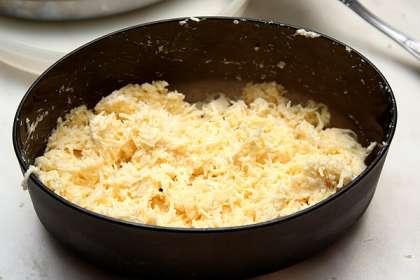 Натереть сыр на мелкой терке и разделить на две части 1/3 и 2/3.