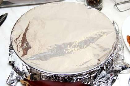 Для дна формы вырезать из бумаги для запекания двойной слой. Проложить и смазать его растопленным сливочным маслом.