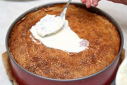 Выкладывать блины слоями:<p>1 - блин<p>2 - сыр с хреном тонким слоем<p>3 - лосось<p>4 - блин<p>5 - сыр с куркумой<p>и опять блин, сыр с хреном и т.д.