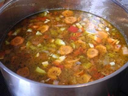 Перец, картофель и помидоры мелко порезать и добавить в кастрюлю. Варить на среднем огне с закрытой крышкой еще час