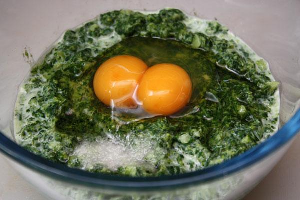 Теперь кладем соль и одно яйцо. Не смотрите, что на картинке 2 желтка — такое мне попалось яйцо.<br>Осталось положить муку, разрыхлитель и хорошо размешать. Должно получиться довольно густое тесто.