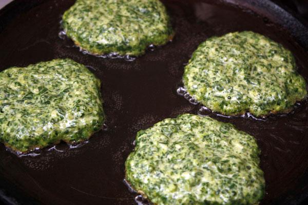 На горячую сковороду с маслом выкладываем овощную массу из расчета 1 столовую ложку на один оладушек.