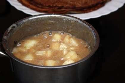 Для соуса смешаем в небольшое кастрюльке молоко, сахар и масло. Смесь надо довести до кипения и кипятить не небольшом огне минут 15-20, пока смесь не начнет загустевать.