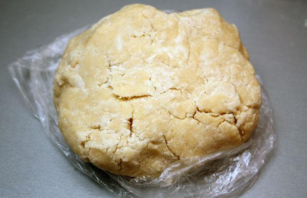 Добавляем сметану, быстро замешиваем тесто. Теперь надо скатать его в шар и поставить в холодильник на 0,5-1 час. Как раз хватит времени на приготовление начинки.
