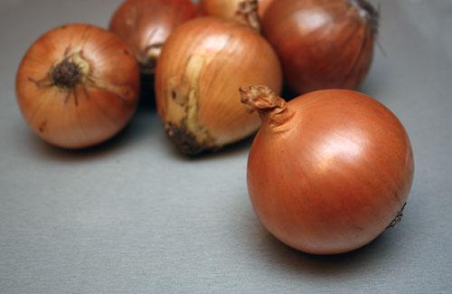 Очищаем шесть средних луковиц.Две штуки режем довольно мелко, а остальные пока не трогаем.