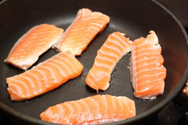 Рыбное филе режем ломтиками и обжариваем с обеих сторон в течение нескольких минут. Подавать хорошо с лаймом или лимоном.