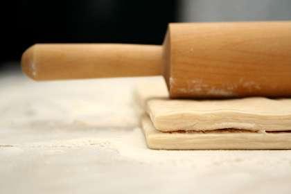 Разморозить тесто. Тесто лучше брать отдельными пластами или поделить его на две равные части.