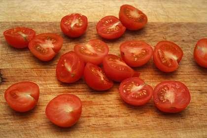 Пока стекают и остывают овощи, приготовим соус:<p>Смешать сливки, сметану, яйца, потереть сыры.
