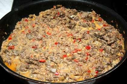 Поставить сковороду на сильный огонь, добавить масло и закинуть овощи. Пассеровать несколько минут.