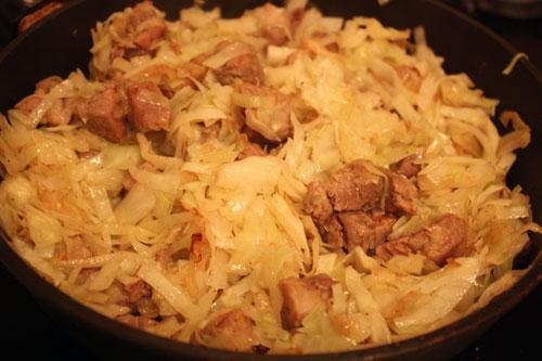 Капусту режем не слишком крупно (хотя это дело вкуса, конечно) и добавляем в сковороду с мясом. Солим и тушим под крышкой на небольшом огне минут 15-20. Долго держать не надо, чтобы у капусты сохранилась ее структура, и она не превратилась в кашу.