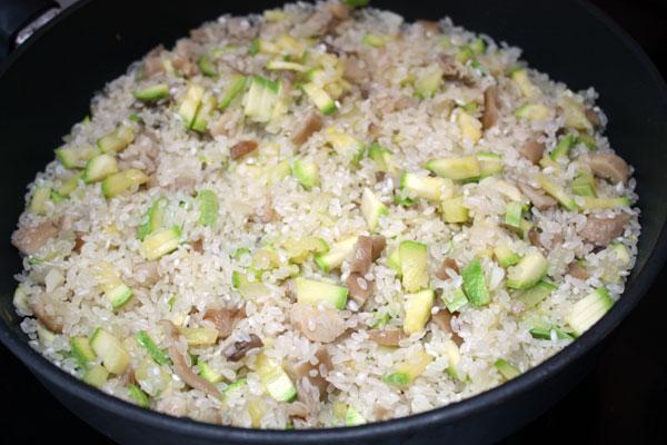 В овощи кладем промытый и обсушенный рис, перемешиваем. Оставляем до полного впитывания жидкости.  Затем добавляем белое вино, перемешиваем.