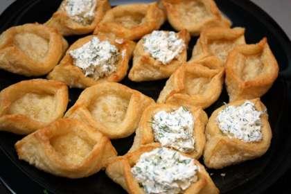 Делаем начинку. Сначала сырная.<br>Сыр альметте или другой творожный сыр смешиваем с мелко нарезанным укропом и чесноком.
