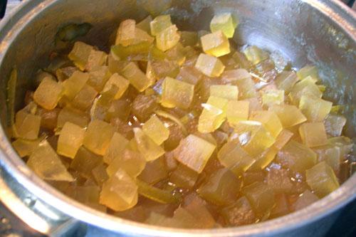 Процедуру кипячения и охлаждения нужно повторить 8-10 раз. Где-то в середине в сироп надо выжать сок 2-х лаймов. Цукаты должны стать прозрачными, а сироп увариться.