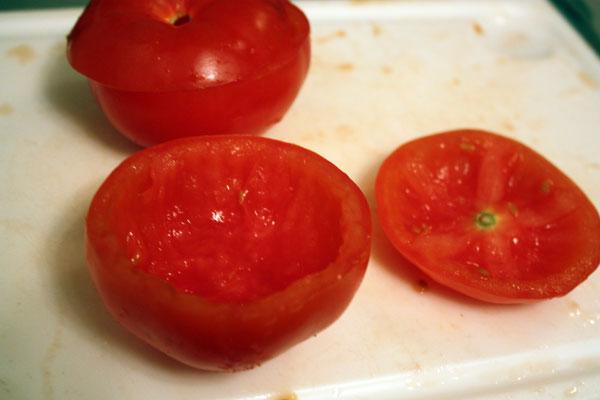 Выбираем крепкие спелые помидоры, срезаем сверху примерно третью часть и выскребаем мякоть.
