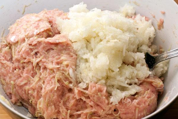 Очищенную луковицу нарежьте как можно мельче или измельчите вместе мясом (в мясорубке или блендере).