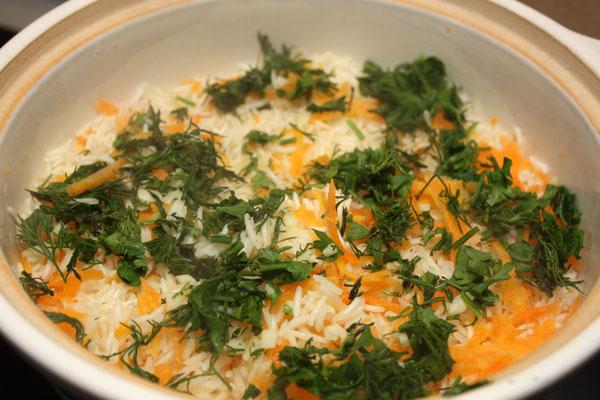 Когда рис уже практически готов (см. второй этап), добавляем в него зелень и чеснок, выключаем огонь и накрываем крышкой. Оставляем минут на 5, перемешиваем  и все готово.
