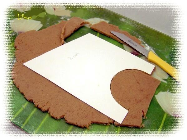 Замесить тесто, завернуть в пленку и положить в холодильник на несколько часов. Тесто оооочень вкусное, душистое, но работать надо осторожно, чтобы не порвалось.<p>Мука бывает разной, поэтому следите сами, может надо будет добавить, или наоборот не сыпать всю.<p>Раскатать толщиной 5-6 мм и вырезать части домика по лекалам. Выпечь на среднем огне в течении 10-12 минут. Охладить.