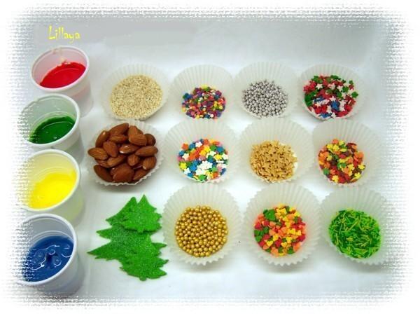 Теперь начинается самое интересное и захватывающее – украшательство! <p>Использовать можно все, что душа пожелает: конфетки, печенье, посыпки, леденцы, орешки, шоколадки, вафельки. Проявите фантазию, сами удивитесь, сколько интересных идей у вас появится.<p>На снимке: стаканчики с подкрашенным айсингом, кондитерские посыпки, орешки, золотые и серебряные съедобные шарики.
