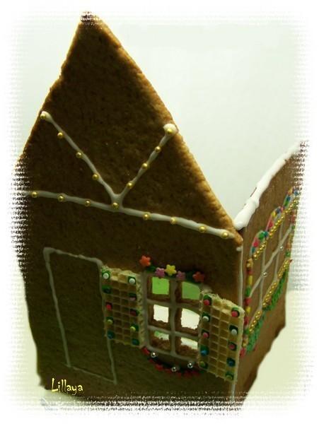 Собрать домик (без крыши), склеив части айсингом.