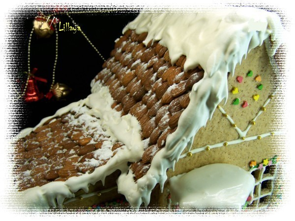 Посмотрите, что можно еще украсить. Ага, дверь! У меня из шоколада. <p>Теперь снег. Белый айсинг толстым слоем положить на крышу, слегка потянув вниз края сделать сосульки.