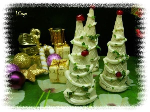 Установить на тарелке в виде елочек, украсить майонезом и зеленью. Подавать на праздничный стол.