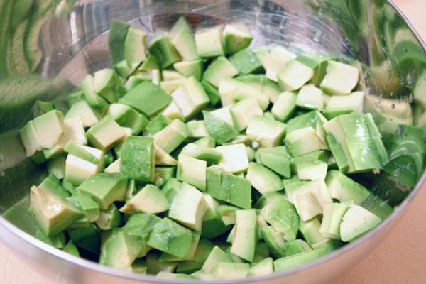 Авокадо надо очистить от косточек и шкурок и нарезать небольшими кусочками. Если салат готовится заранее — сбрызните авокадо лимонным соком, чтобы избежать потемнения.