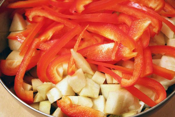 Перец очищаем от семян и режем на тонкие длинные полоски. Добавляем в салат.