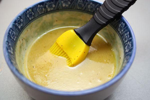 Теперь готовим заправку. Это очень важный компонент салата, который объединяет вкусовые оттенки ингредиентов и придает замечательный вкус блюду.<p>Тщательно перемешиваем все составляющие до однородности. Заливаем этой заправкой салат и хорошо перемешиваем.