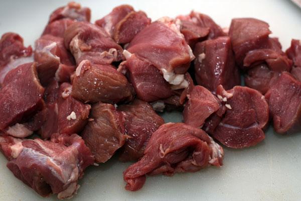 Мясо очищаем от жил, срезаем лишний жир и режем кубиками примерно 3х3 см. Подойдет поясничная часть, лопатка, окорок.