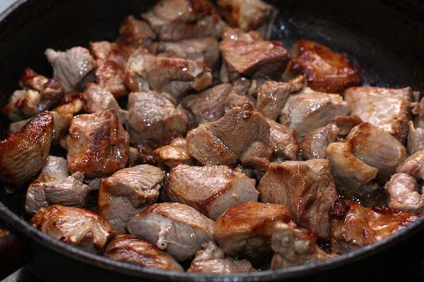 Когда мясо обжарится со всех сторон, посолите, поперчите, накройте его крышкой, убавьте огонь и готовьте 15-20 минут. При необходимости подлейте немного воды.