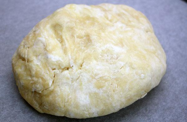 Добавляем творог, быстро замешиваем тесто до однородности и ставим его в холодильник в виде шара на 20–30 минут.