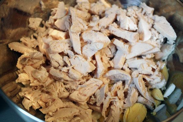 Теперь готовим салат. <br>Режем сваренные вкрутую яйца и вареные куриные грудки.
