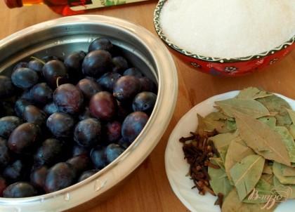 Подготовить сливы, сахар, винный уксус, лавровый лист и гвоздику.