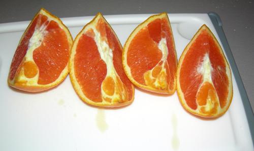 Из апельсинов и выжимаем сок. Если нет специальной соковыжималки для цитрусовых, то вручную легче всего это делать из нарезанных вдоль на 4 части плодов.