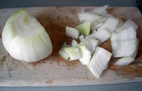 Теперь самое страшное. Режем луковицу на небольшие кусочки и превращаем ее в пюре с помощью блендера.